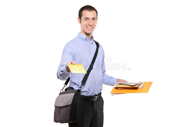 Ein Briefträger, der Post liefert lizenzfreie stockfotos