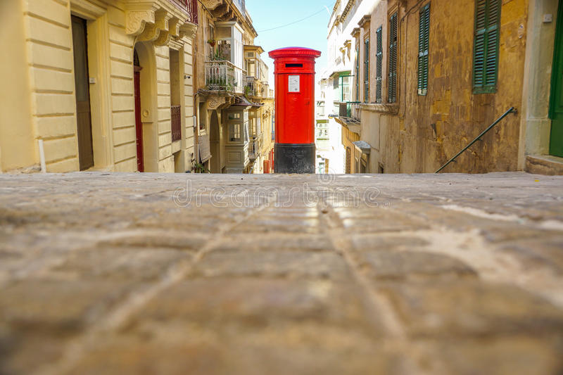 Ein britischer Art Postbox in Valletta, Malta stockbilder