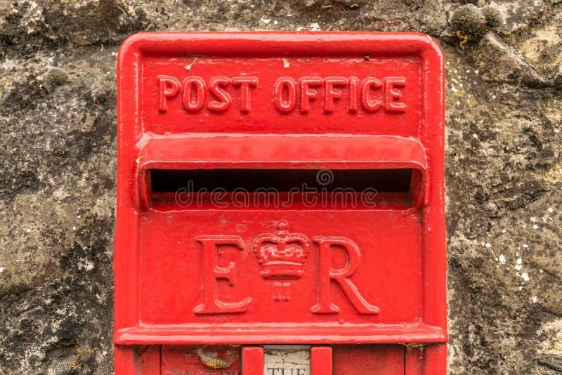 Ein britischer roter Briefkasten aufgestellt in einer Wand lizenzfreie stockfotos
