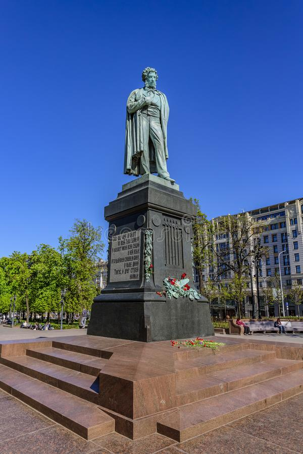 Ein Bronzemonument zum großen russischen Dichter Alexander Pushkin auf dem Pushkin-Quadrat stockfotografie