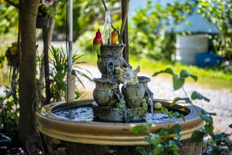 Ein Brunnen mit schönen gefälschten Vögeln lizenzfreie stockbilder