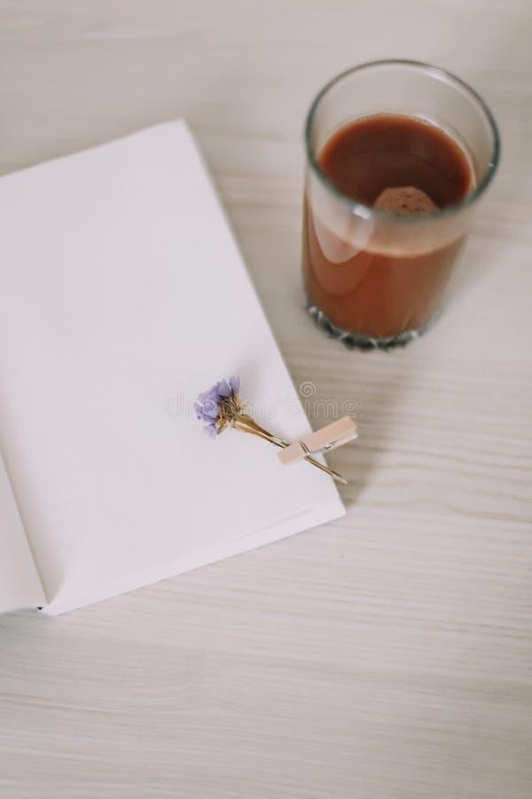 Ein Buch mit einem Glas Kaffee Ein Tagebuch mit Morgentee Des Fr?hlinges Leben noch S??es Haus Guten Morgen Flache Lage lizenzfreies stockfoto