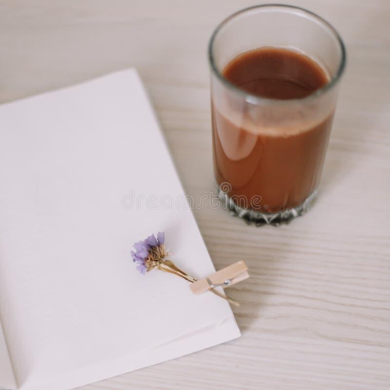 Ein Buch mit einem Glas Kaffee Ein Tagebuch mit Morgentee Des Fr?hlinges Leben noch S??es Haus Guten Morgen Flache Lage stockfoto