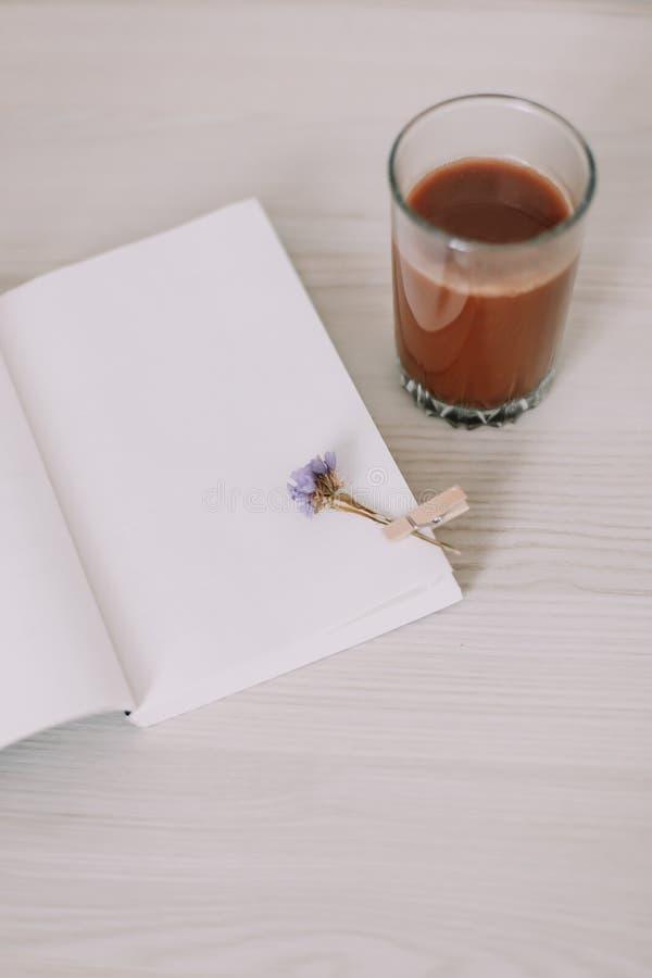 Ein Buch mit einem Glas Kaffee Ein Tagebuch mit Morgentee Des Fr?hlinges Leben noch S??es Haus Guten Morgen Flache Lage stockbild