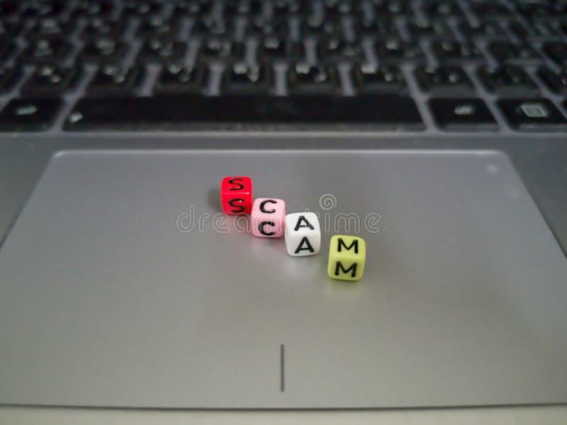 Ein Buchstabe blockiert die Formung eines Wortbetrugs Geschäfts- oder Technologiekonzept lizenzfreies stockfoto