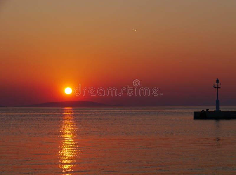 Ein bunter kroatischer Sonnenuntergang im Frühjahr stockfotografie