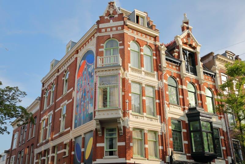 Ein buntes Erbgebäude mit den Carvings, gelegen auf Straße Witte de Withstraat stockfotografie