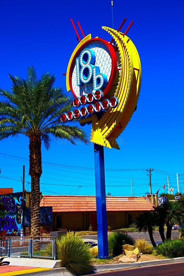 Ein buntes Zeichen am Kunstbezirk in im Stadtzentrum gelegenem Las Vegas stockfotos