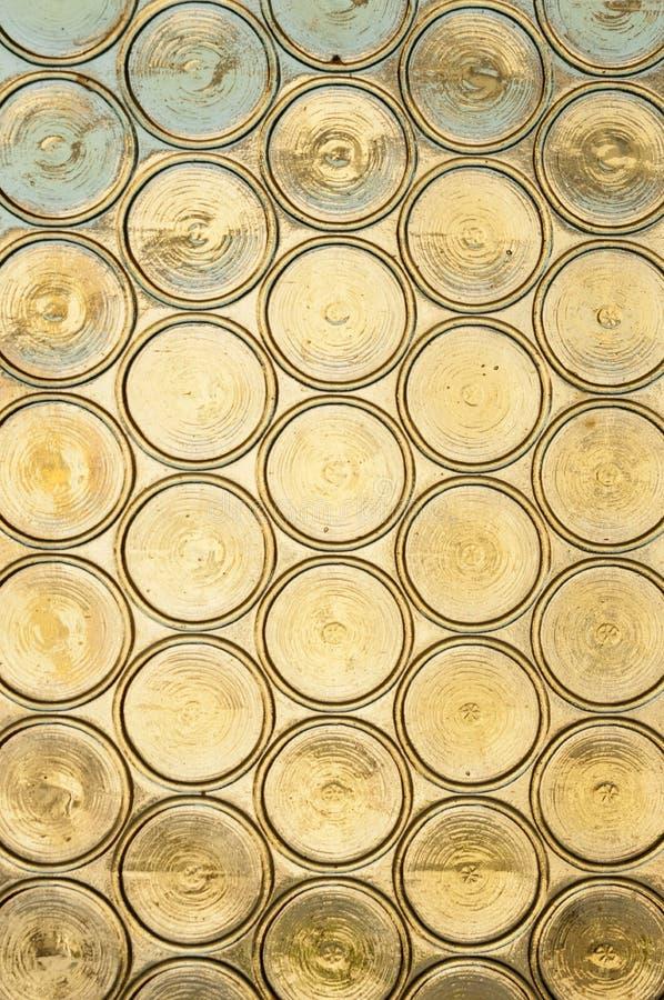 Ein Buntglashintergrund, altes Kirchenfenster mit Buntglas, undurchsichtige gelbe Kreise lizenzfreies stockbild