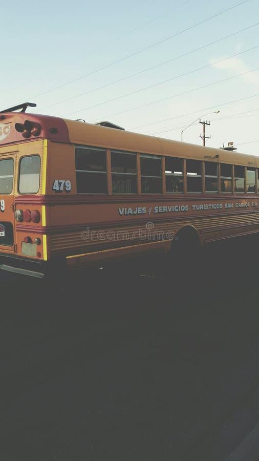 Ein Bus in der Straße stockfotos