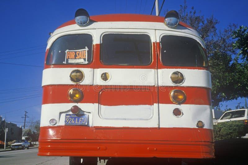 Ein Bus gemalt wie die amerikanische Flagge für Verkauf in Glendale, Kalifornien lizenzfreies stockfoto