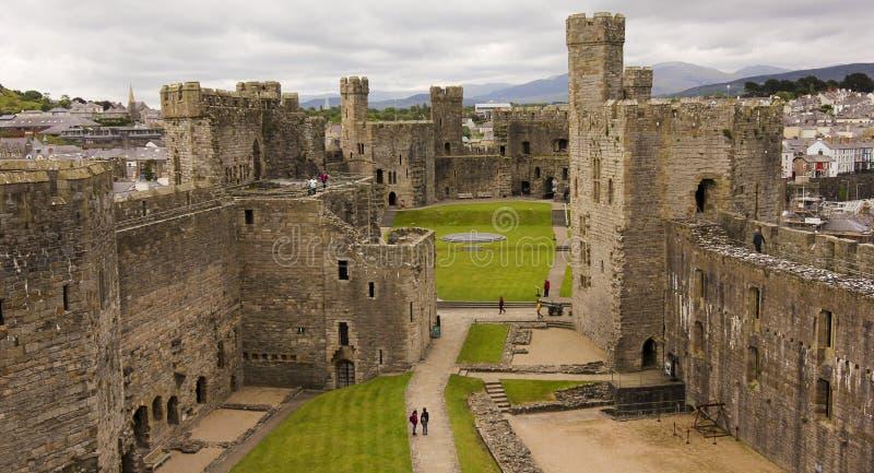 Ein Caernarfon-Schloss-Panorama, Wales, Großbritannien, Großbritannien stockfotos