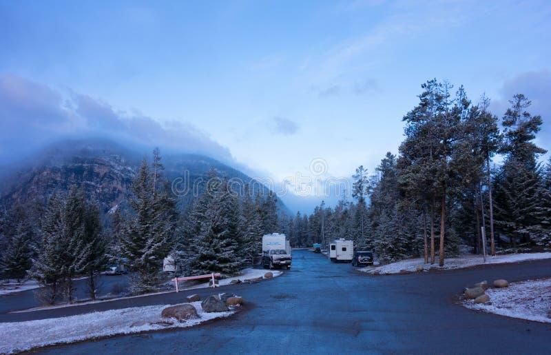 Ein Campingplatz nach einem Überraschungsschneesturm in den felsigen Bergen lizenzfreies stockfoto