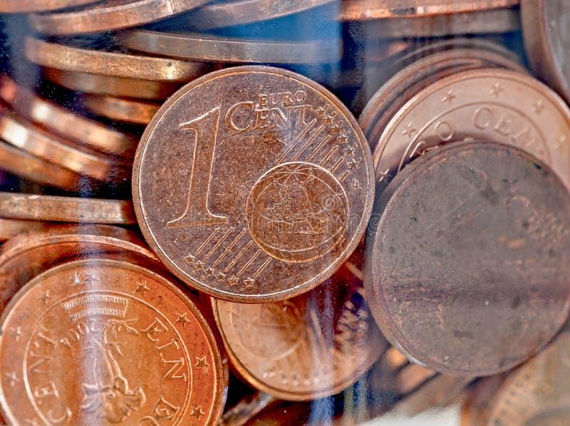 Ein-Cent-Münzen in einer Flasche lizenzfreie stockfotografie