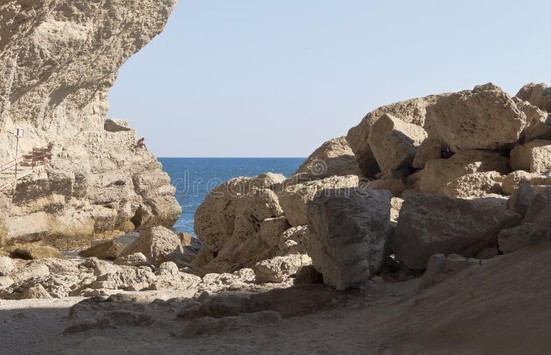 Ein Chaos von enormen Felsen am Eingang zur Grotte Chaliapin Neue Leuchte stockfotografie