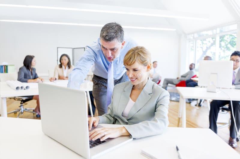 Ein Chef Guiding sein Angestellter mit ihrem Job stockfoto