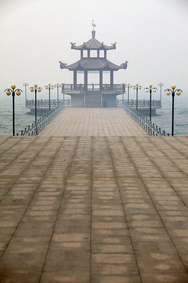 Ein chinesischer Pavillon auf der Ufergegend lizenzfreie stockbilder