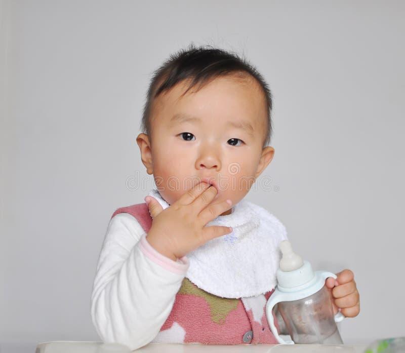 Ein chinesisches Schätzchen, das Finger saugt stockfoto