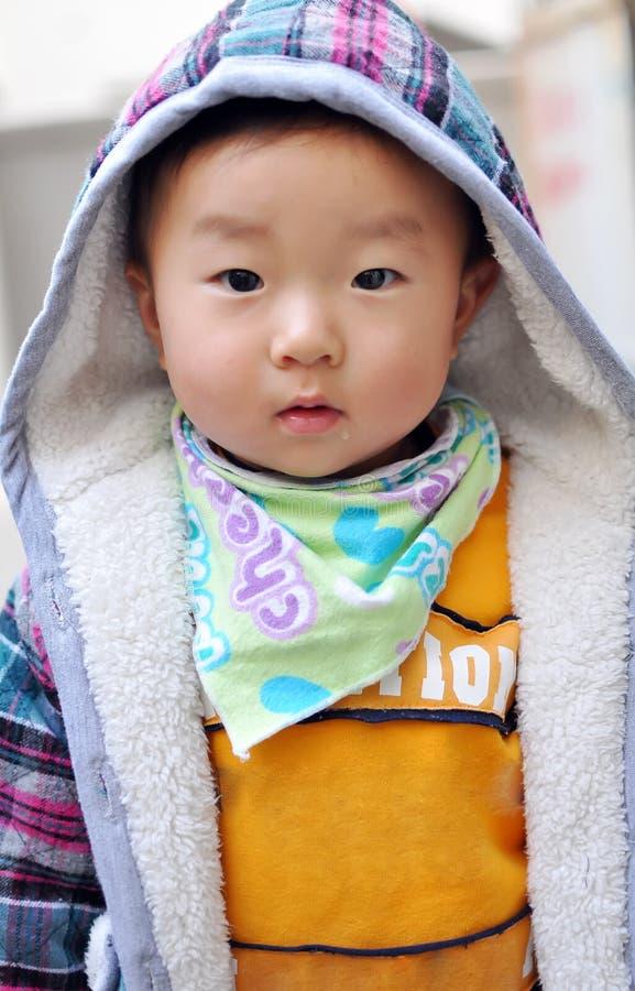 Ein chinesisches Schätzchen, das Kamera betrachtet stockbilder