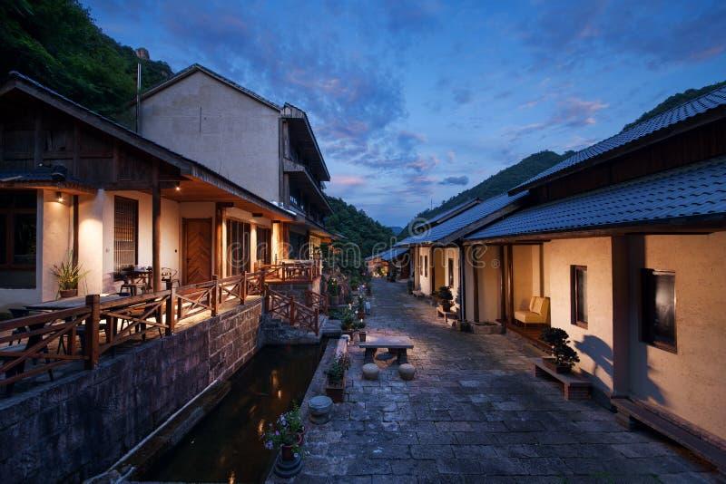 Ein chinesisches Urlaubshotel der Nacht stockbild