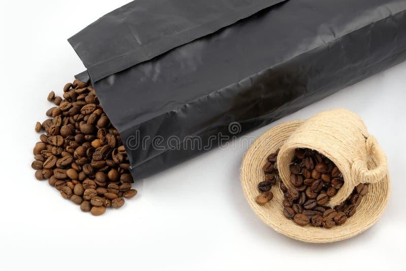 Ein Cup mit Kaffeebohnen lizenzfreie stockbilder