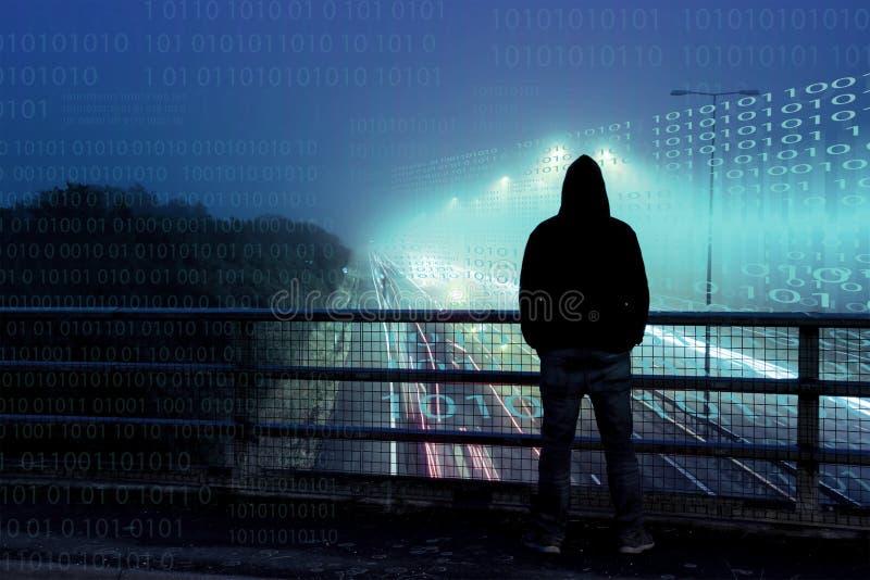 Ein Cyberkonzept von Zahlen über überlagert über der Spitze einer einzigen mit Kapuze Zahl, die Verkehr von einer Brücke nachts b stockbild