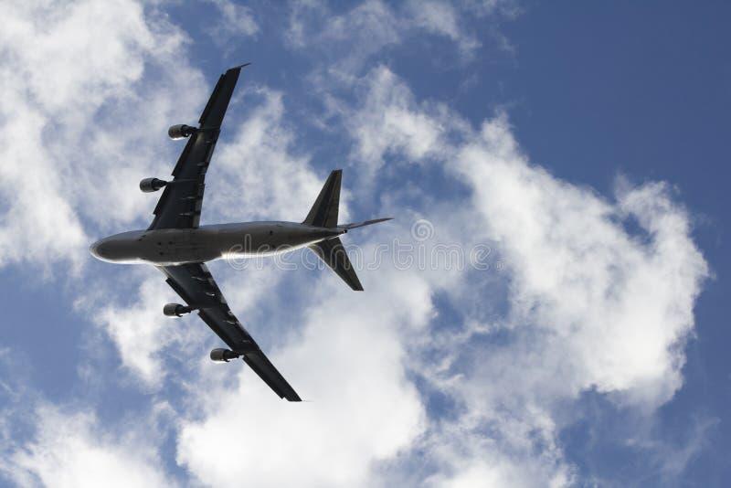 Ein Düsenflugzeug, das vorbei fliegt lizenzfreies stockbild