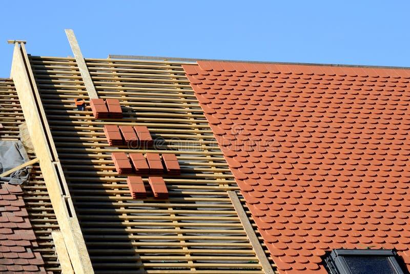 Ein Dach im Bau mit Stapeln Dachplatten stockbilder