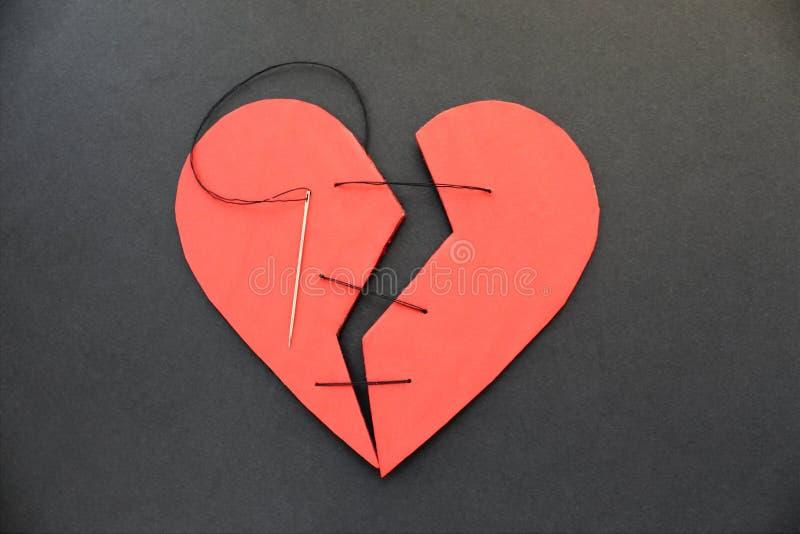 Ein defektes Herz kann nicht zusammen genäht werden oder geklebt werden stockbilder