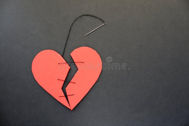 Ein defektes Herz kann nicht zusammen genäht werden oder geklebt werden lizenzfreie stockbilder