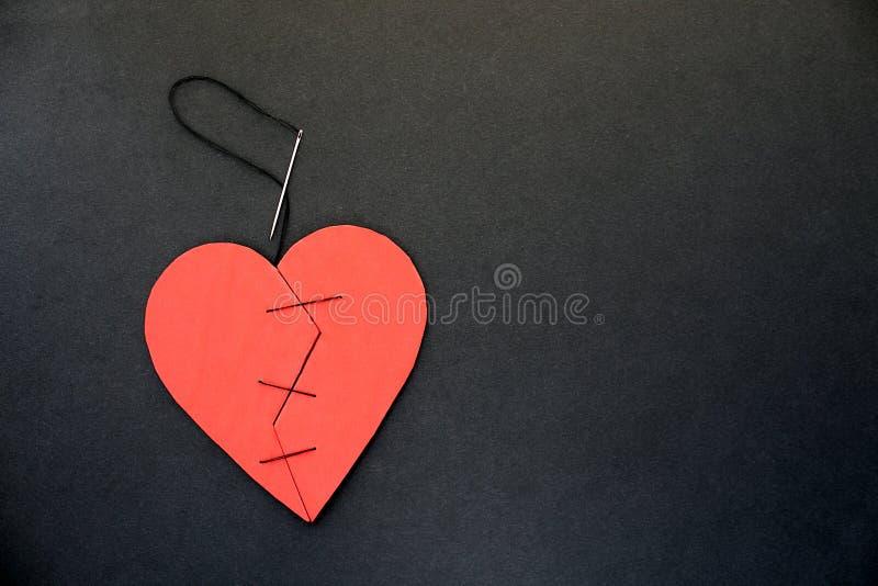 Ein defektes Herz kann nicht zusammen genäht werden oder geklebt werden lizenzfreies stockfoto