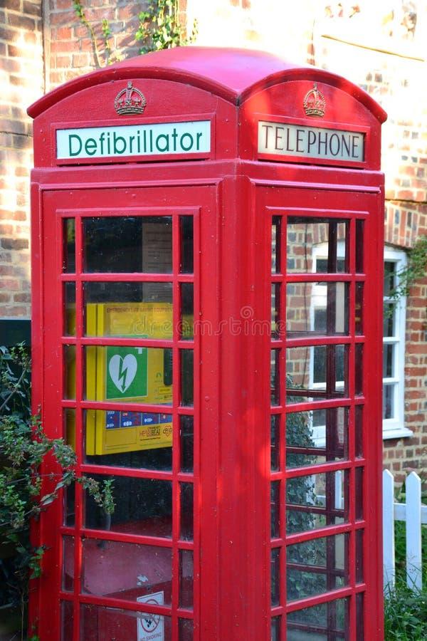 Ein Defibrillator gepaßter Telefonkasten in England Großbritannien lizenzfreie stockfotografie
