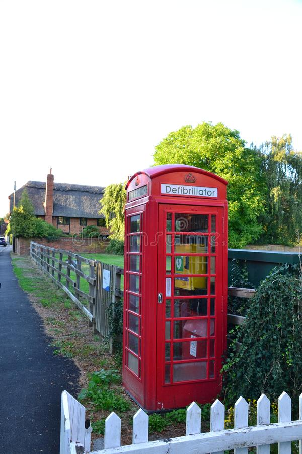 Ein Defibrillator gepaßter Telefonkasten in England Großbritannien lizenzfreie stockbilder