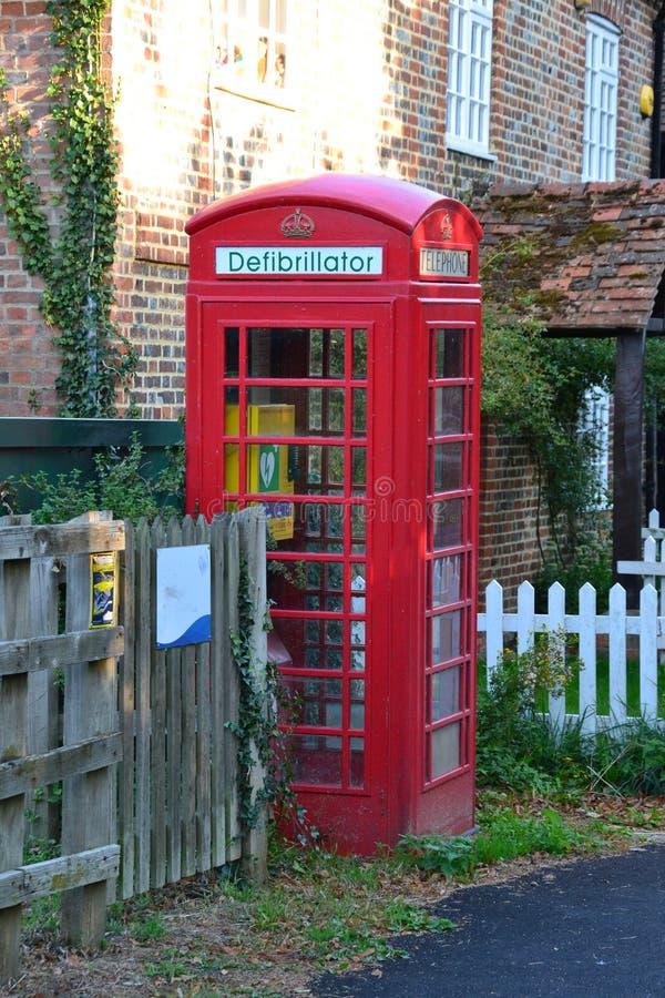 Ein Defibrillator gepaßter Telefonkasten in England Großbritannien stockfoto