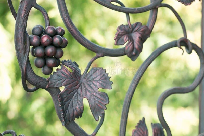 Ein dekoratives Element eines Zauns vom Metall Freiformschmieden lizenzfreie stockbilder