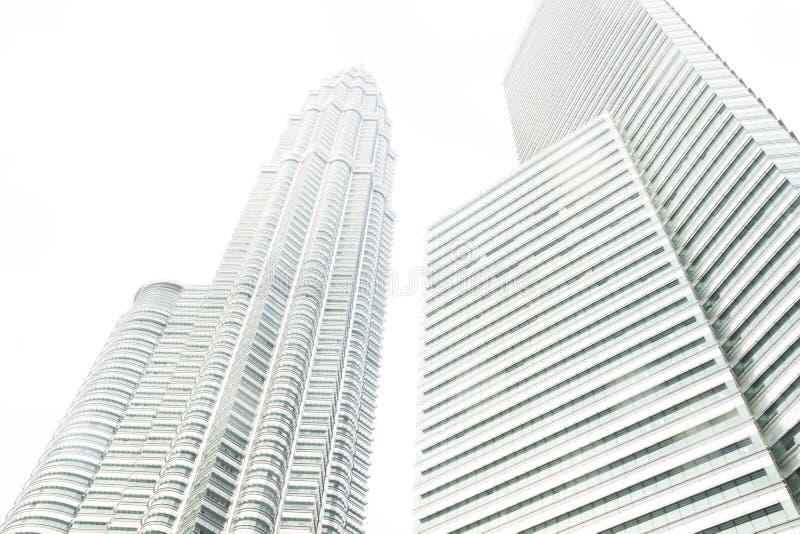 Ein der Petronas-Twin Tower und -wolkenkratzers von der niedrigen Winkelsicht, Kuala Lumpur, Malaysia lizenzfreie stockbilder