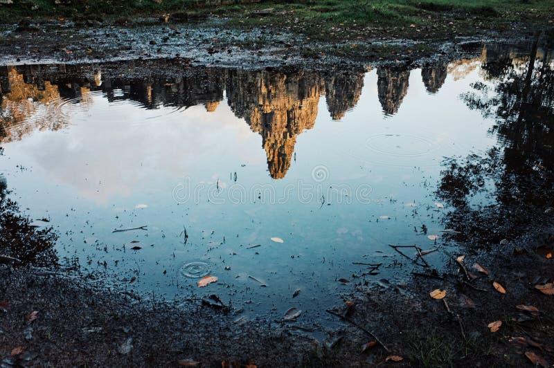 ein des berühmtesten Tempels am Sonnenuntergang mit goldenem Licht und an der Reflexion im kleinen Teichpool des Regenwassers stockfotografie