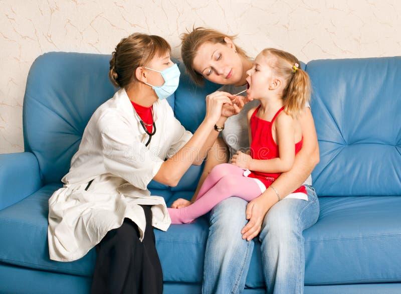 Ein Doktor, der ein Kind überprüft lizenzfreies stockbild