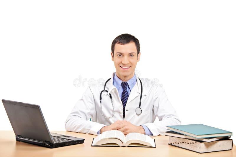 Ein Doktor, der in seinem Büro aufwirft lizenzfreie stockfotografie