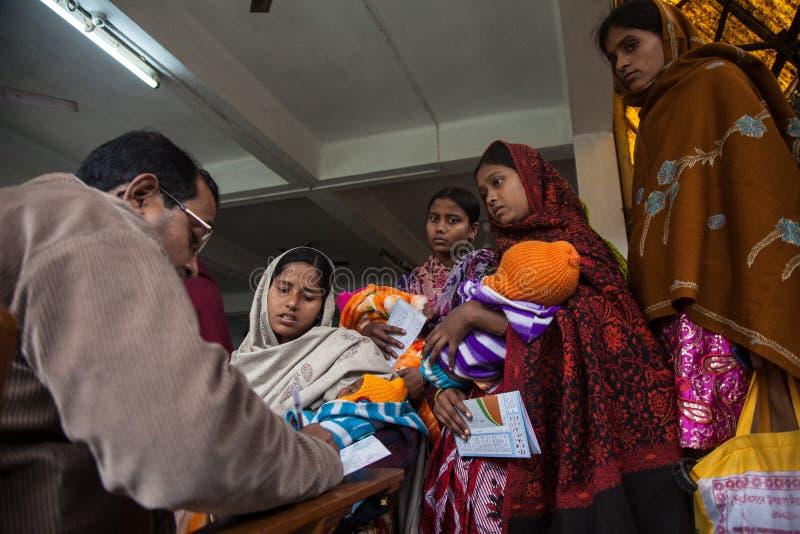 Ein Doktor, der Verordnung nach der Prüfung der Mutter und des Kindes schreibt stockfotos