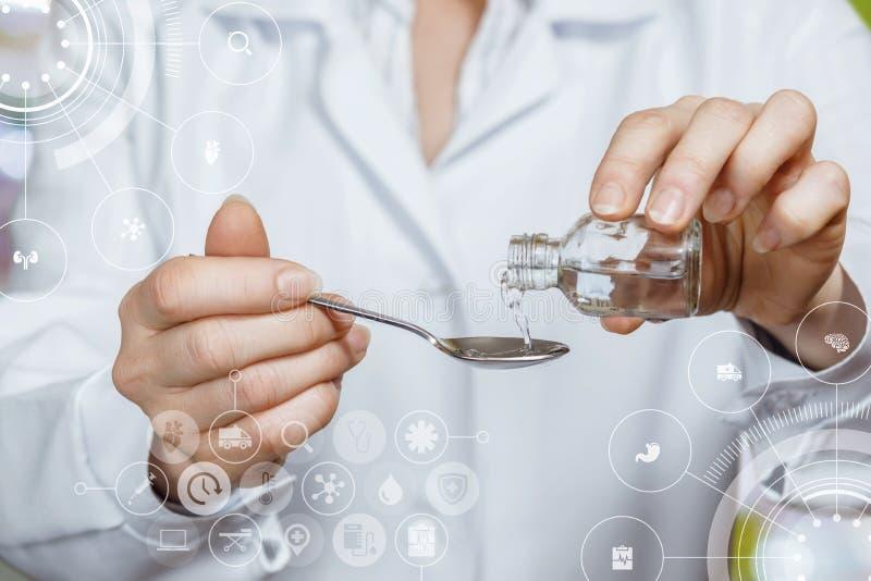 Ein Doktor gießt etwas Medizin von der Flasche in den Löffel mit den medizinischen Ikonen und dem Symbolsystem am Vordergrund stockbild