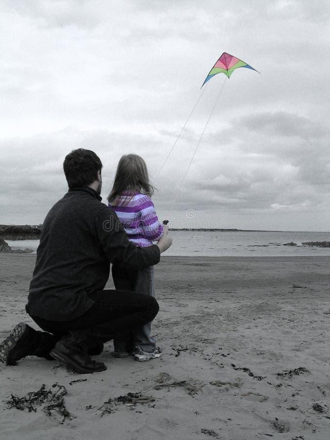 Ein Drachen und ein Strand lizenzfreie stockfotos