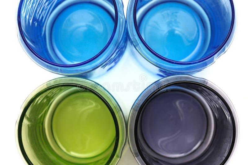 Ein Draufsichtfoto einiger bunter Glasschalen stockfotos