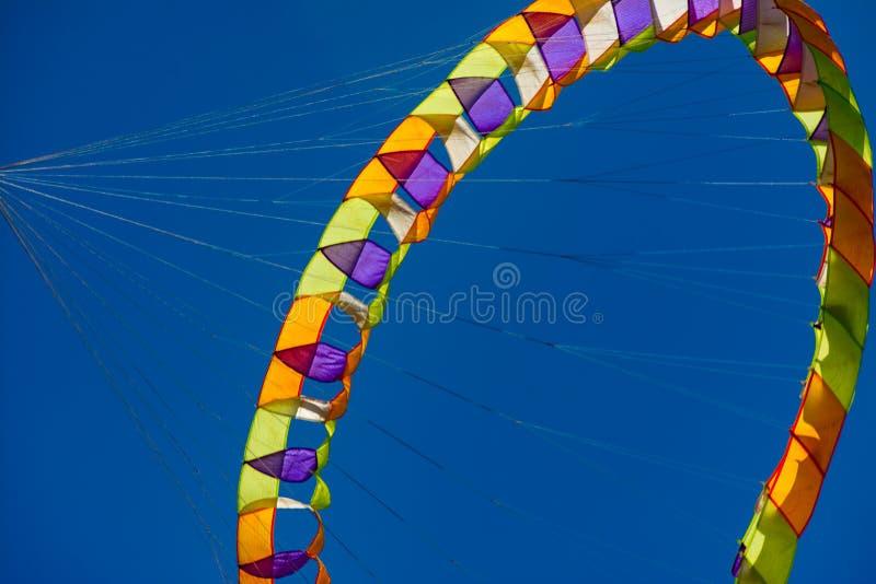 Ein drehendes Drachenfliegen mit blauem Himmel stockfoto