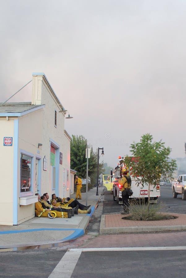Ein dringend benötigter Bruch für Feuerwehrmänner stockfotografie