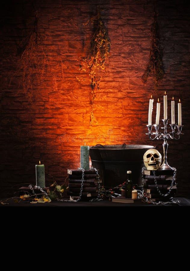 Ein dunkler Hintergrund mit Kerzen und einem Schädel stockbilder