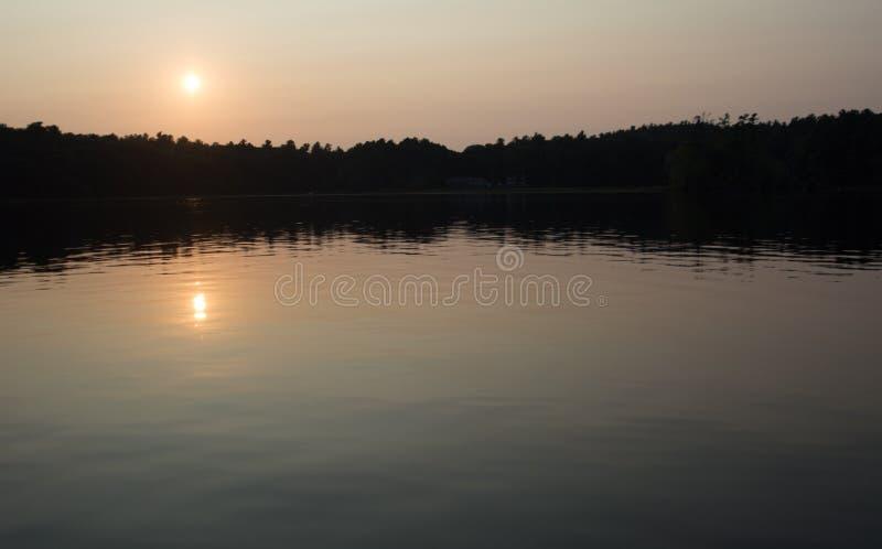 Ein dunstiger Sonnenuntergang auf Canobie See, Salem, New Hampshire lizenzfreies stockfoto