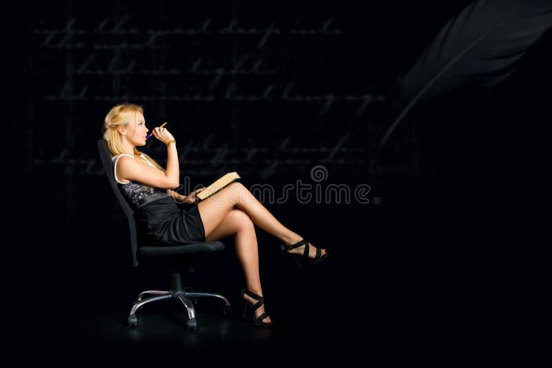 Ein durchdachtes Mädchen mit einem Buch lizenzfreies stockfoto