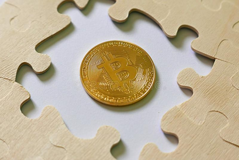 Ein durchschnittliches Puzzle goldener bitcoin Replik Geschäfts- und Finanzkonzept lizenzfreie stockfotos