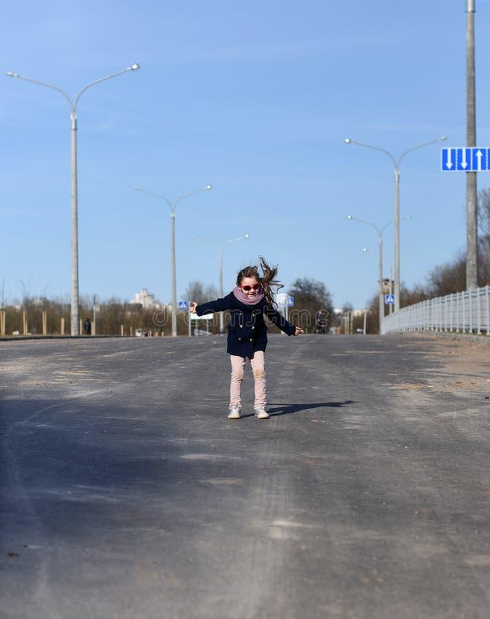 Ein dymanic Porträt eines kleinen Mädchens in einer Stadtstraße lizenzfreie stockbilder